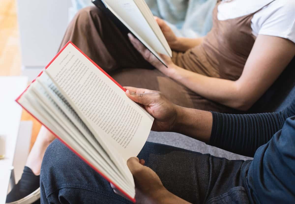 Pessoas lendo livros